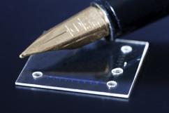 Optofluidische Laser in einer 1/3 mm dicken Kunststofffolie